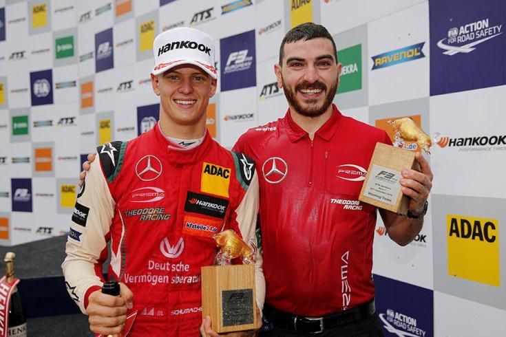 Mick Schumacher és a Prema képviselője a trófeákkal