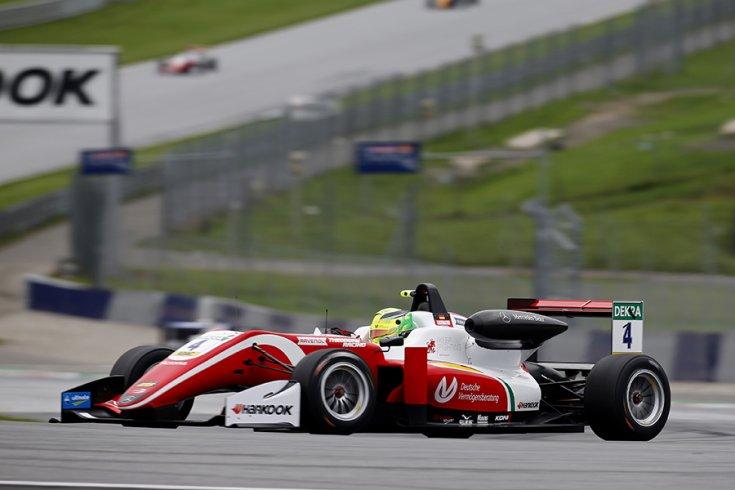 Mick Schumacher F3-as autója oldalról