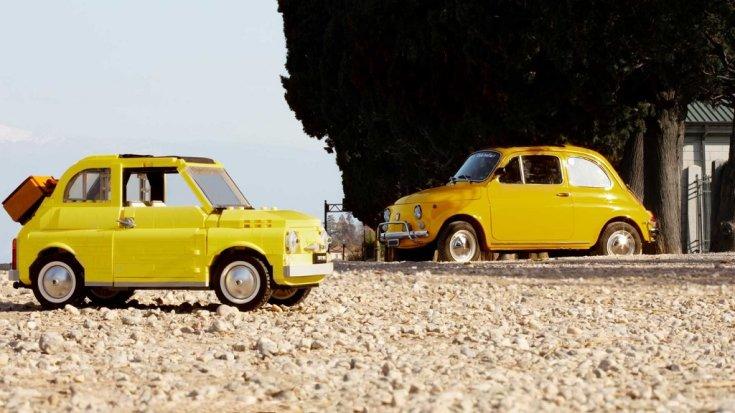 Fiat 500 LEGO és Fiat 500 életnagyságú egymással szemben leparkolva
