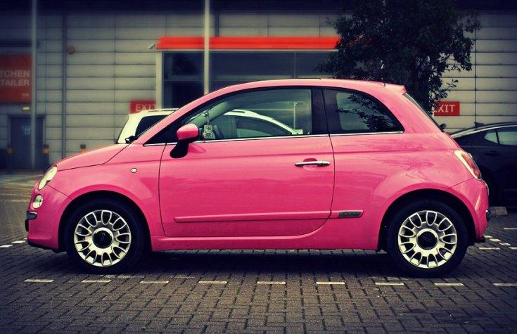 Fiat 500, új 500-as, rózsaszín, oldalnézet, balról, alulról fotózva