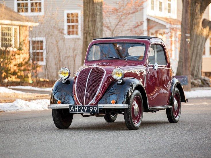 RM Sotheby's 1936 Fiat 500 Topolino, Fiat 500 kabrió, Simca 5, meggyvörös fekete, elölnézet, balról