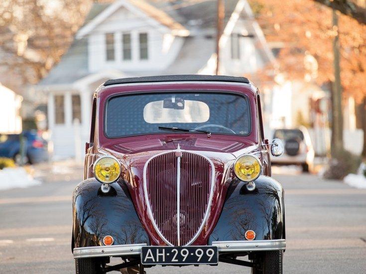 RM Sotheby's 1936 Fiat 500 Topolino, Fiat 500 kabrió, Simca 5, meggyvörös fekete, elölnézet, elölről