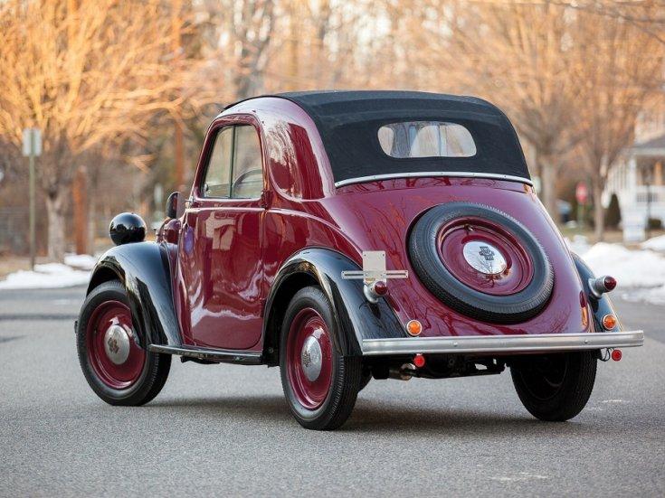 RM Sotheby's 1936 Fiat 500 Topolino, Fiat 500 kabrió, Simca 5, meggyvörös fekete, hátulról, balról