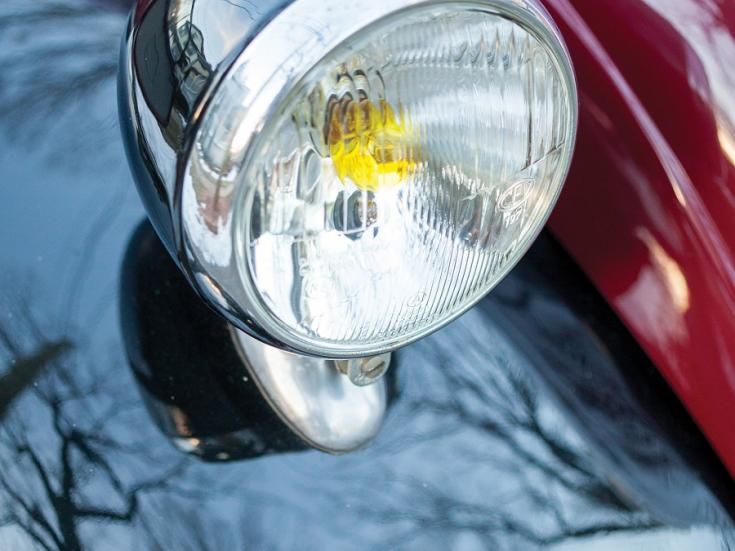 RM Sotheby's 1936 Fiat 500 Topolino, Fiat 500 kabrió, Simca 5, meggyvörös fekete, első lámpa, jobboldali, elölről, oldalról, jobbról