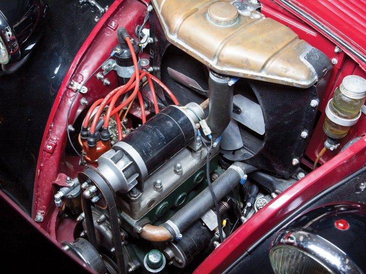 RM Sotheby's 1936 Fiat 500 Topolino, Fiat 500 kabrió, Simca 5, meggyvörös fekete, motortér, soros 4 hengeres, elölről, felülről, balról