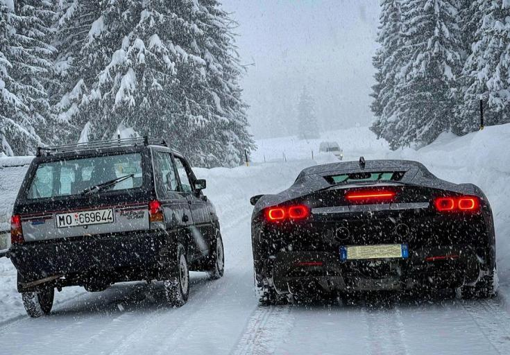 Ferrari SF90 Stradale a Fiat Panda 4x4 mellett