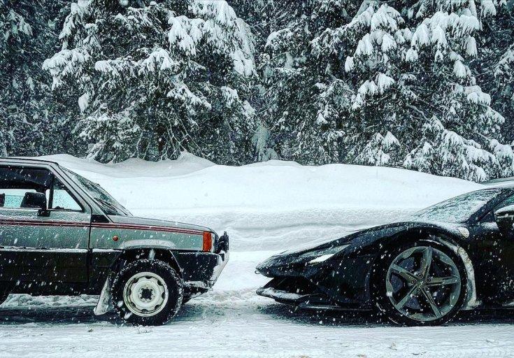 Fiat Panda 4x4 és Ferrari SF90 Stradale egy képen, egymással szembeállítva