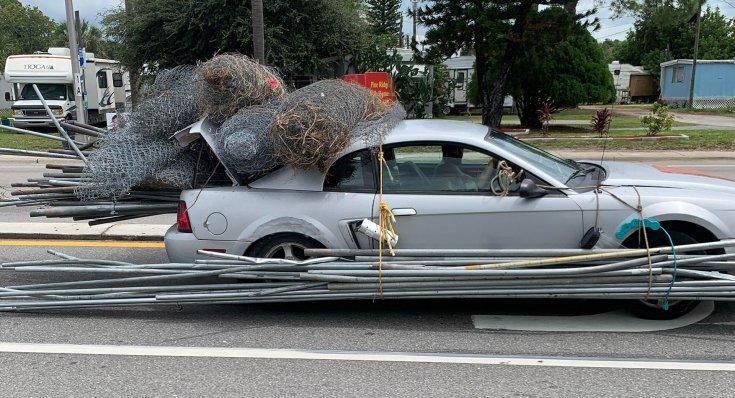 Agyonpakolt Ford Mustang oldalról fotózva