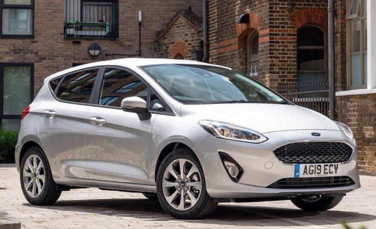 Ezüstszürke, 2020-as Ford Fiesta oldalról egy téglaépület előtt