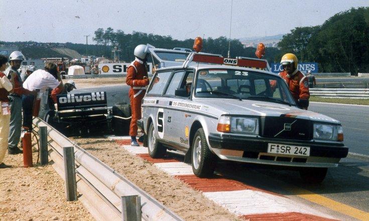 Formula-1 első magyar nagydíj, a Brabham-BMW csapat versenyautóját mentik a pálya széléről