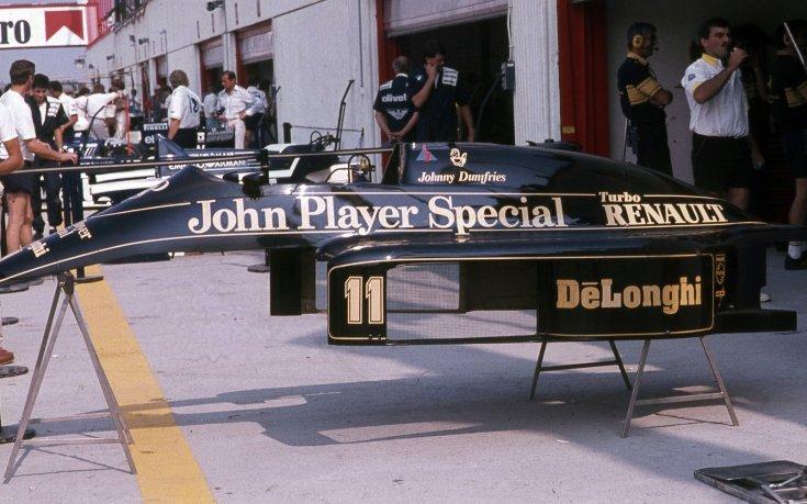 Formula-1 első magyar nagydíj. A felvétel Lotus-Renault csapat boxa előtt készült, Johnny Dumfries versenyautójának karosszériája