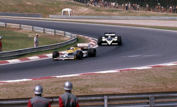 Formula-1 első magyar nagydíj, elöl Nelson Piquet a Williams-Honda csapat, mögötte Derek Warwick a Brabham-BMW csapat versenyautójában