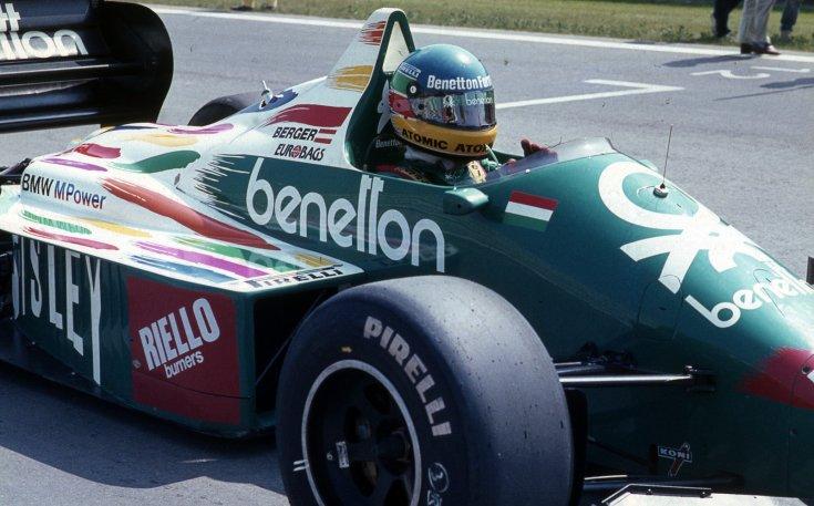 Formula-1 első magyar nagydíj, a rajtrácson a Benetton-BMW csapat versenyautója és Gerhard Berger a rajt előtt