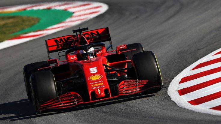 Sebastian Vettel a Ferrarival menet közben szemből