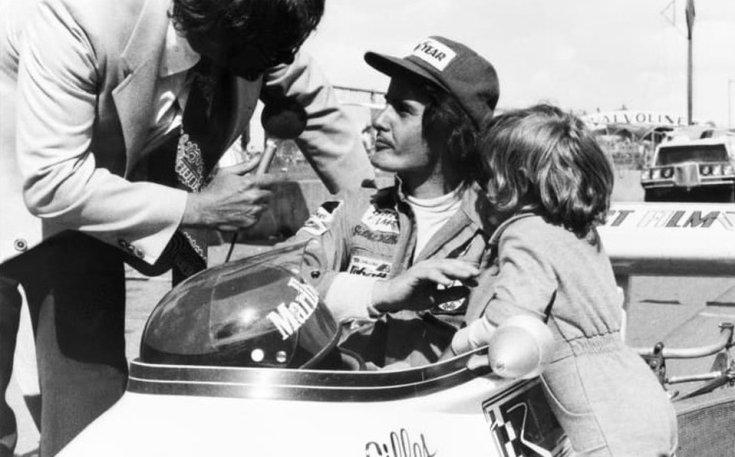 Gilles és Jacques Villeneuve egy versenyen egy F1-es autónál