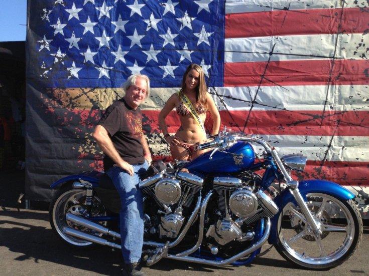 Gordon Tronson a négymotoros Harley-Davidson nyergében