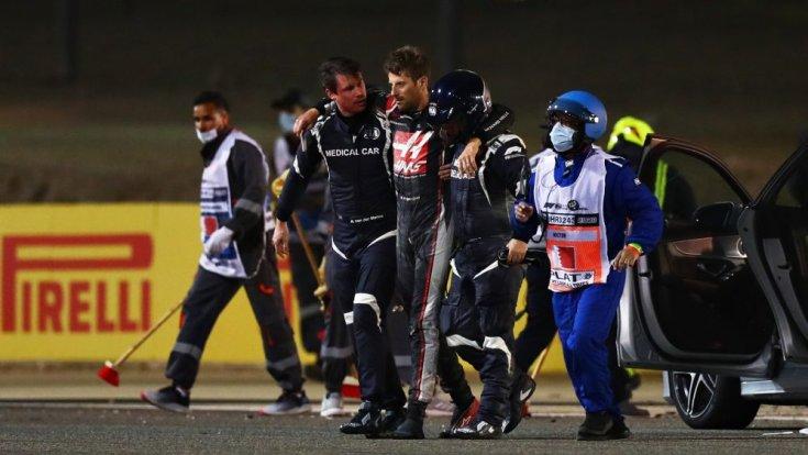 Romain Grosjean a borzasztó balesetét követően az orvosok között
