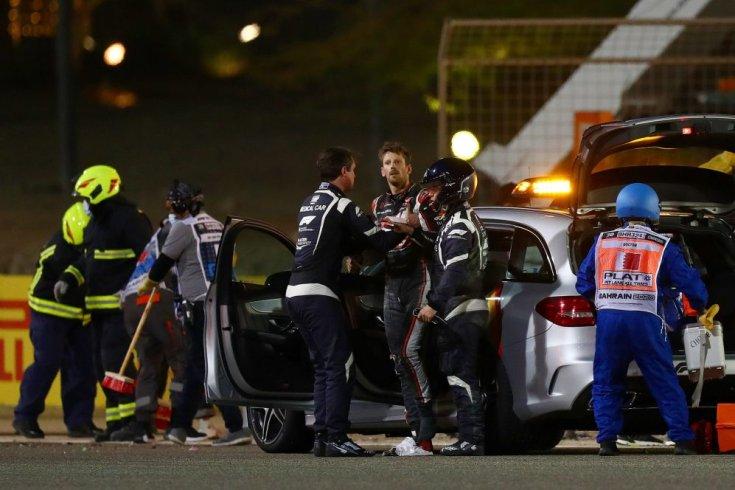 Romain Grosjean sokkos állapotban a balesetet követően az orvosi autó mellett