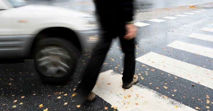 Járókelő keresztezi a személygépkocsi útját