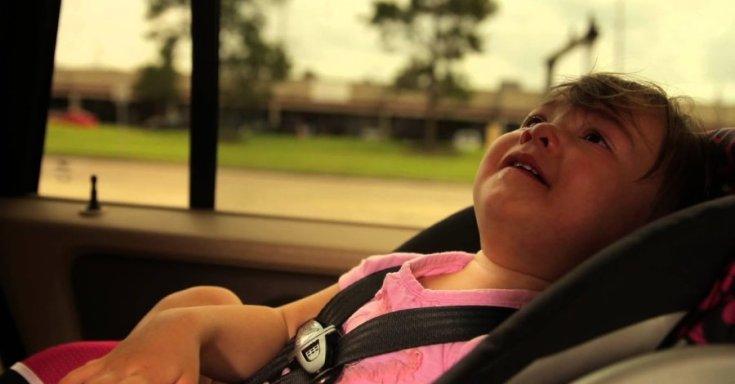 kocsiban ragadt gyermek tűző napon
