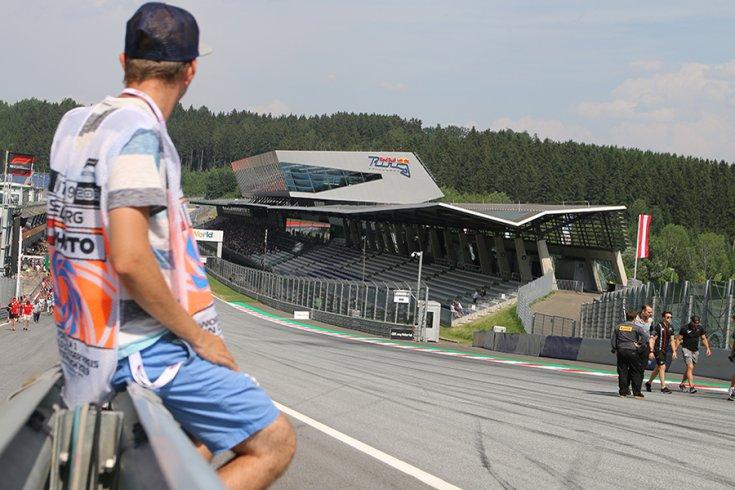 Háfra Zsolt a Red Bull Ring szalagkorlátján ülve