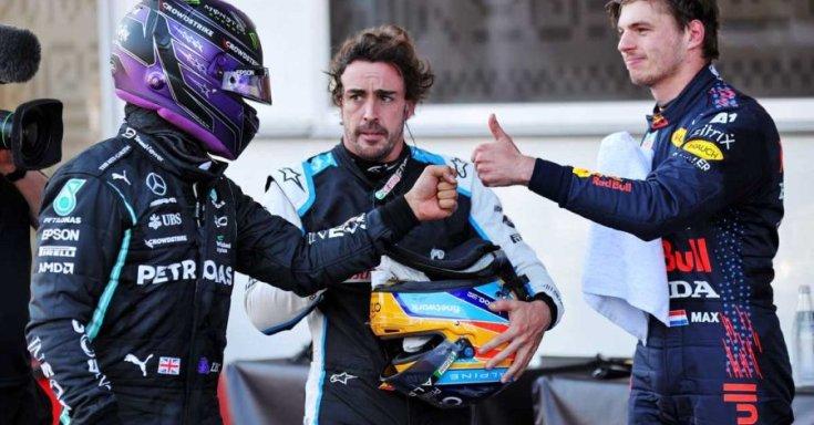 Hamilton és Verstappen, a háttérben Alonso