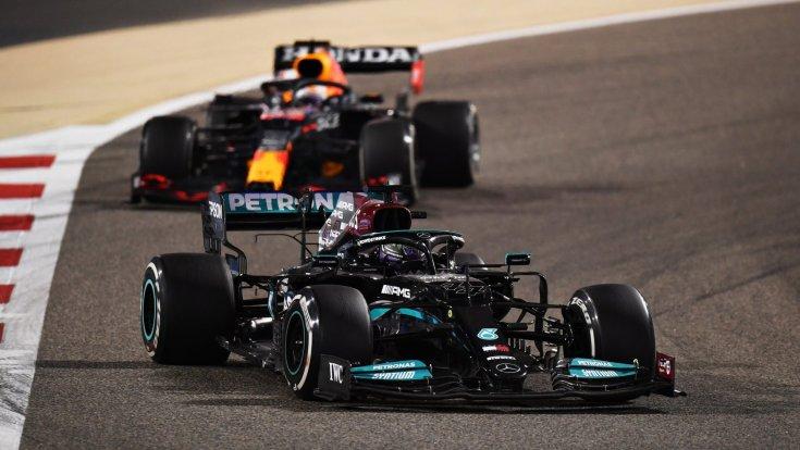 Hamilton Verstappen ellen vív csatát az első helyen