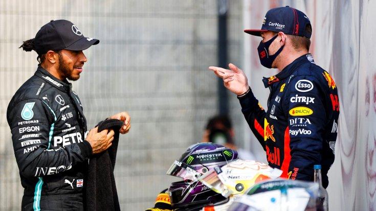 Lewis Hamilton és Max Verstappen beszélget egymással oldalról