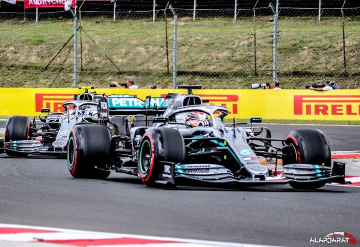 Lewis Hamilton és Valtteri Bottas autója a versenypályán