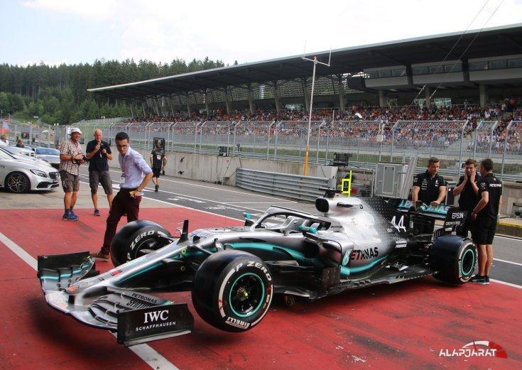 Hamilton autója a boxban