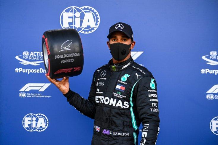 Lewis Hamilton a Pirelli Pole Pozíciós díjával az Orosz Nagydíjon