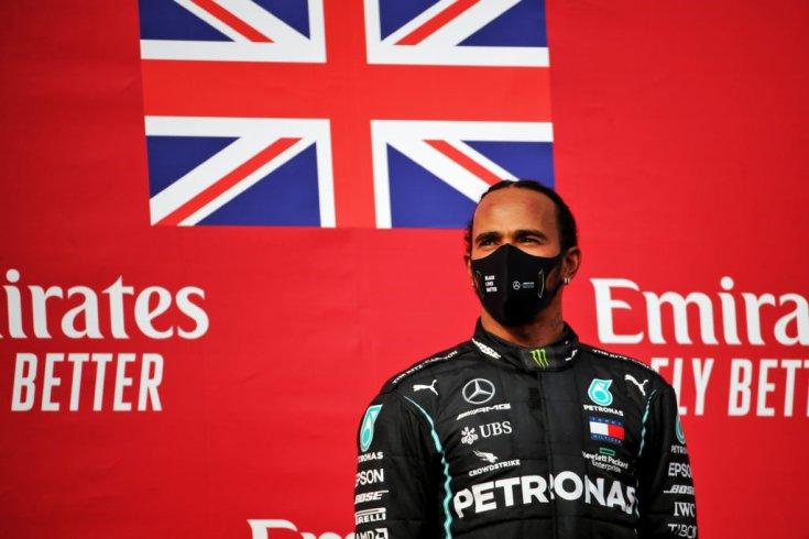 Lewis Hamilton a dobogó tetején Imolában
