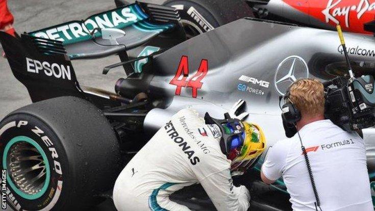 Hamilton szereli autóját