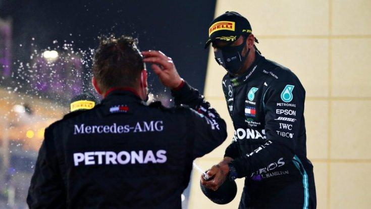 Lewis Hamilton dobogós ünneplése a Bahreini Nagydíjon