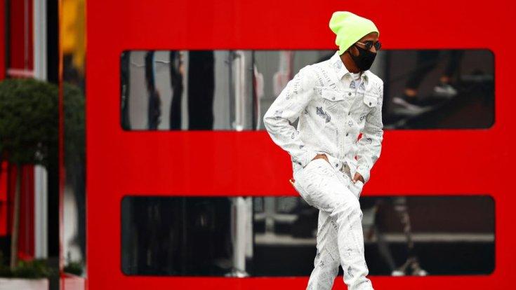 Hamilton farmer ruhában az Eifel Nagydíjon