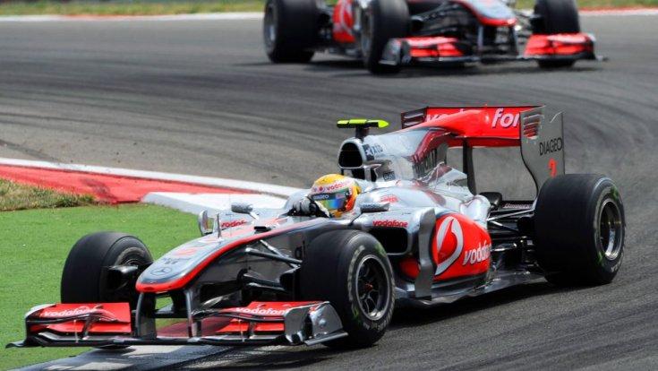 Lewis Hamilton és Jenson Button két McLarenben menet közben