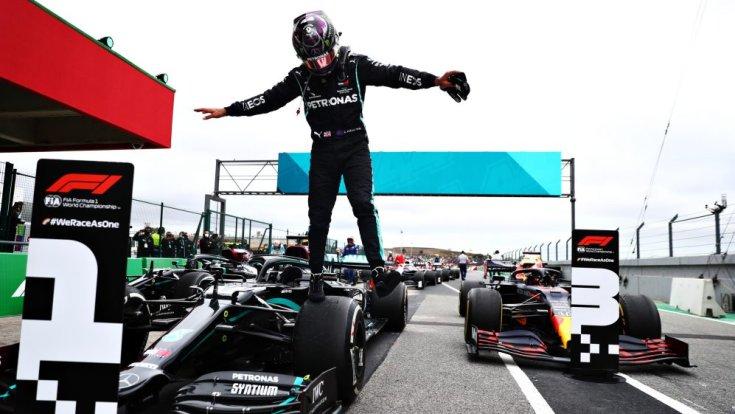 92. győzelmét ünneplő Lewis Hamilton a Mercedesén, az első helyen