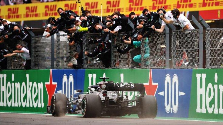 Hamilton befutója és a Mercedes istálló közös ünneplése a Portugál Nagydíjon