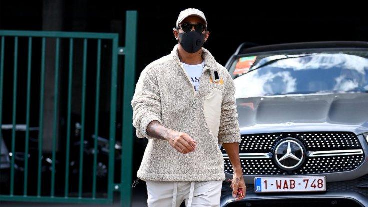 Hamilton egy Mercedes előtt maszkban