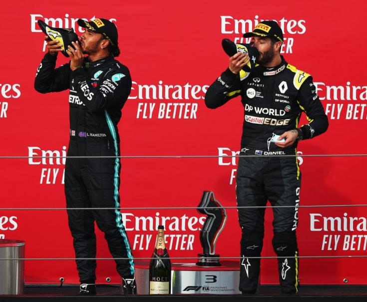 Lewis Hamilton és Daniel Ricciardo együtt isznak az ausztrál cipőjéből, ez a Shoey