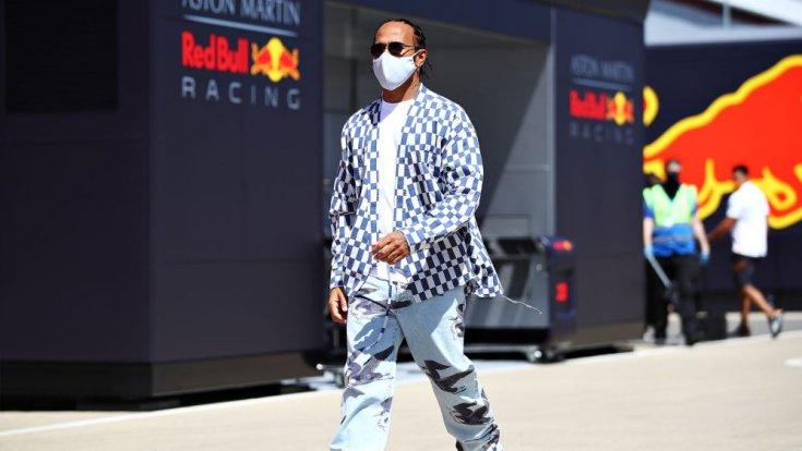 Lewis Hamilton a paddockban a Red Bull motor home-ja előtt
