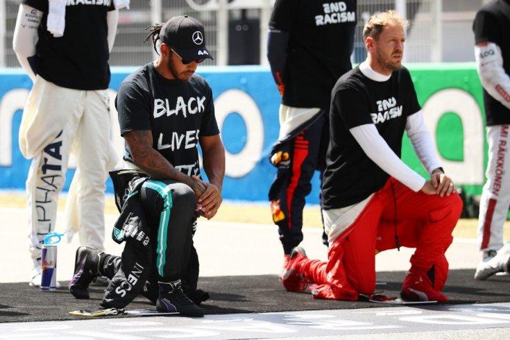 Lewis Hamilton és Sebastian Vettel egymás mellett térdel a 2020-as szezon egyik futama előtt