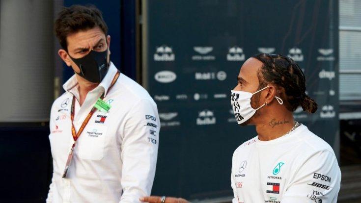 Toto Wolff és Hamilton egymás mellett a Forma-1-es paddockban