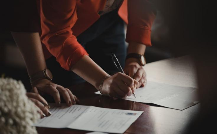 szerződés aláírása