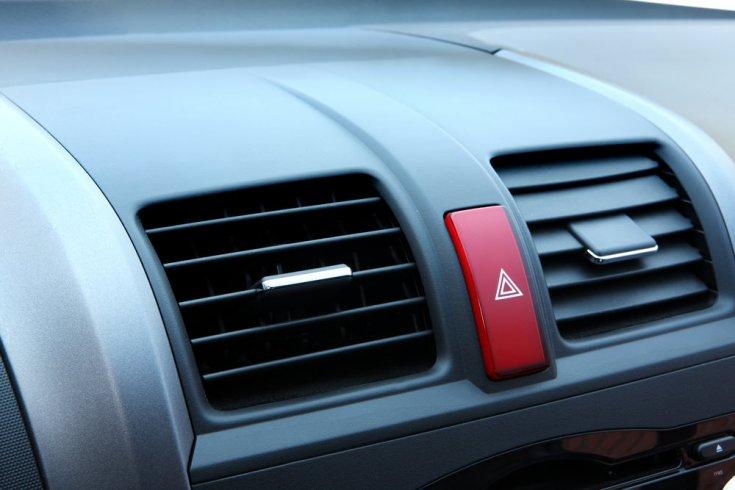 Egy autó belső terében elhelyezkedő vészjelző kapcsoló