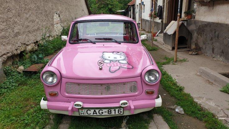 Hello Kitty festés a motorháztetőn