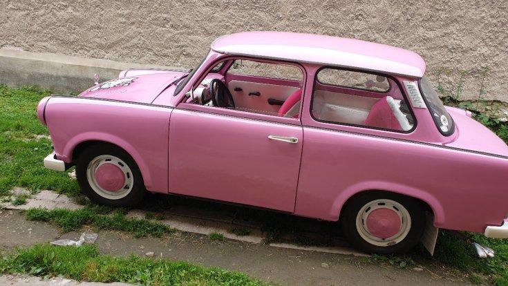 A Hello Kitty Trabant oldalról