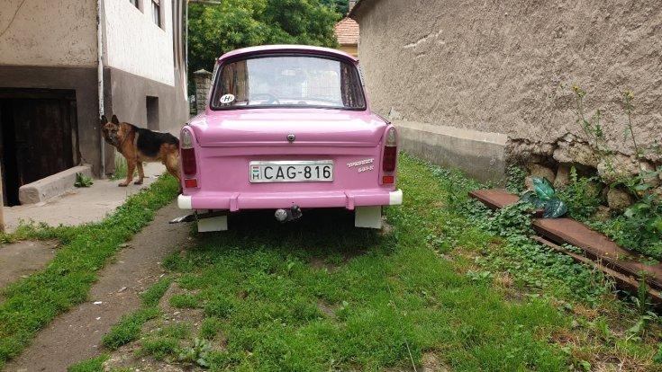A rózsaszín Trabant hátulról