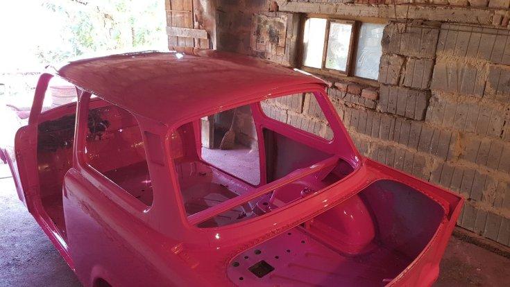 Rózsaszín Trabant kasztni