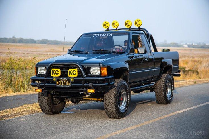 Negyedik generációs 1985 Toyota Xtra Cab SR5 Marty McFly autója a Vissza a Jövőbe filmből